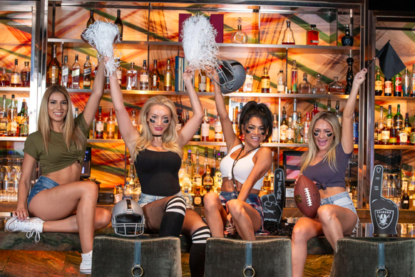 5 Reasons to Watch Your Favorite Football Game at Clique